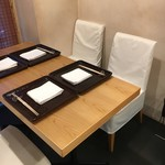 津の守坂 小柴 - テーブル席