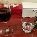 84213576 - グラスワインとお冷や