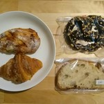 ブーランジェリー メチエ - 左上:オリーブ&チーズ、左下:クロワッサン、右上:ショコラプレッツェル、右下:田舎パン