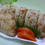 たけや - 料理写真:味ごはん(100円)と、味おこわ(110円/手前)