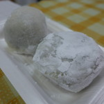 たけや - 大福(110円)、手前つぶ餡、奧は黒糖餡。