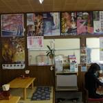 すずや食堂 - ご当地のポスターがたくさん貼られた店内