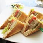 カフェ ド シエル - チキンとバジルのサンド セット 1,404円(以下 税込)。セット は、単品で 1,080円 の サンドイッチ に、コーヒー or 紅茶 702円 が付きます。      2018.04.15