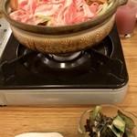 じゅうろう座 - 料理写真:鍋とサラダ