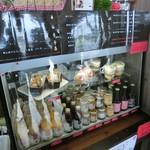 桃の農家カフェ ラペスカ - メニュー☆彡  ジェラートはカップ シングル・ダブル、コーン シングル・ダブル、他にドリンク、桃のシフォンサンドと桃のチーズケーキ、バターやジャムも売られてた!
