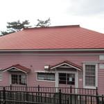 ティーショップ夕日 - 下見張りのピンクの建物です