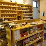 珈琲まめ坊 - 珈琲カップの棚。その日の気分でお好きな器を。