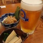 龍馬 軍鶏農場 - 生ビール大(税別750円)、軍鶏なめろうと付けだしの筍煮