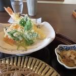 蕎麦や 銀次郎 - 蕎麦とセットになった天婦羅が勿論揚げたてでカリッと揚げられてます、天婦羅の横には切り干し大根の小鉢も添えられてました。