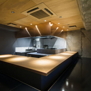 串焼きを中心とした現代スタイルの炉端焼き店