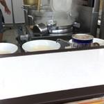 ラーメン荘 歴史を刻め なかもず - 厨房風景とまほうの粉
