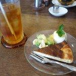 ハニーサックルローズ - パイナップルチーズケーキ & アイスティ