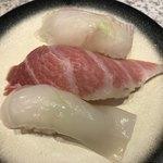 回転寿司 鮨市 - 手前から烏賊→大間のマグロ中トロ→ヒラメ