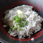 田子の浦港 漁協食堂 - ハーフ丼(生と釜揚げ)