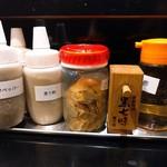 麺匠 濱星 - 味変部隊。黒七味もあるよ。