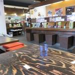 一骨入魂 - 店内は、カウンター席と小上がりのテーブル席があります。