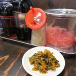 一骨入魂 - 卓上。辛子高菜はセルフで取ります。