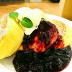 幸せのパンケーキ - 濃厚チーズムースパンケーキベリーソースがけ+アイスクリームトッピング+アイスコーヒー 1580円