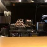 すごい煮干ラーメン凪 - 狭い厨房でラーメンがテキパキ作られます