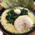 横浜家系ラーメン たくみ家 - 料理写真:ラーメン ほうれん草トッピング
