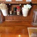 麺ファクトリー ジョーズ - カウンター席(使い捨ておしぼり完備)