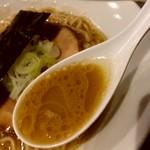 らぁめん家 有坂 - 【2018.4.16(月)】豚骨らあめん(並盛・130g)800円のスープ