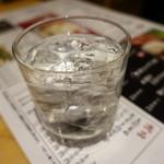 とりとり亭 - 焼酎ロック(390円)