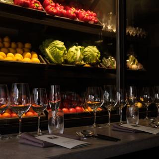 モノトーンの空間で色を放つのは、野菜と料理だけ。