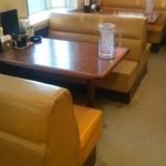 くるまやラーメン - 店内のソファーテーブル席です。