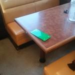 くるまやラーメン - 店内の4人用ソファーテーブル席です。