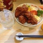 歌舞伎 - 全国各地で唐揚げ食べてますがトップクラスの美味しさです。付け合わせの野菜サラダも憎いサイズ。