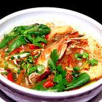 楽屋 - トムヤムクンヌードル。タイ名物の辛いスープに米の麺をいれました。
