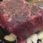 鉄板 塊ステーキ 楽笑 - 名物 巨大な肉の塊ステーキ(1人160g)