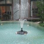 指帆亭 - 庭にあるプールの噴水です