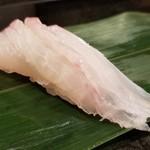 84301535 - ①石垣鯛(産地説明無)                       包丁が入っているので、より柔らかく感じられ、石垣鯛の甘さを引き立てるような仕事のようです。                       因みに産卵期は4月~7月なので、脂のりはあまり良くない時期となります。