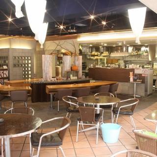 開放的なカフェ空間で和みの時間を。オープンテラス席もアリ◎