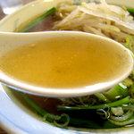 麺家あじ齊 - 普通量でもスープの量はたっぷりです。アッサリだけど奥深い鶏ガラ醤油味。