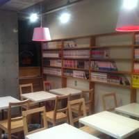 ボラーレ - コミック・書籍はなんと1000冊以上!営業マンのオアシスです☆テーブル席が多いから大人数でもワイワイできます☆