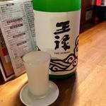 立喰酒場 金獅子 - 「日本酒 王禄」(ちょい飲み手帖)。通常価格:550円。逆光バージョン。