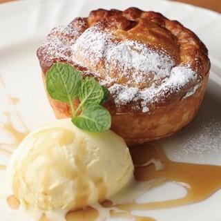 自慢のアップルパイはメイプル&バニラか黒蜜&抹茶アイスで♪