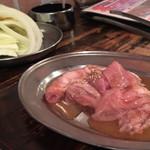 元祖 ほるもん道場 - キャベツ玉ねぎ¥100と、豚清水ホルモン¥360。 (いずれも税別)