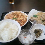 Chuukabishokuasahitei - 日替わり700円(野菜炒め+麻婆豆腐+スープ+漬物+杏仁豆腐)