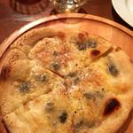 トラットリアバールイタリアーノ レガーミ - 4種のチーズのピザ〜蜂蜜添え