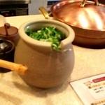 しゃぶ亭 - 薬味のネギは壷に入れて出されます。