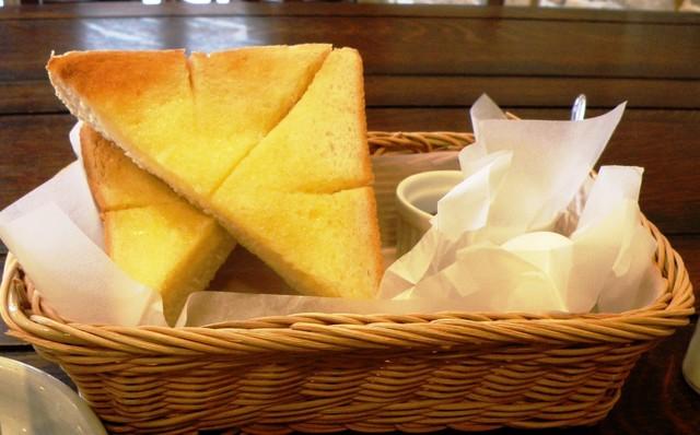 スイート  縄手本店 - トースト、卵、ジャムが入ったバスケット