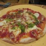 燻製欧食堂 天神大名ルッチョラ - ピザはマルゲリータがテーブルに運ばれて来ました。