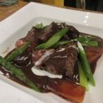 燻製欧食堂 天神大名ルッチョラ - 肉料理はアスパラの添えられた豚肉のワイン煮込みです。