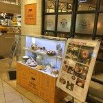 CHEESE CRAFT WORKS - 外の看板と食品見本