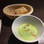 84342477 - 【ランチ】グリンピースのスープとパン付き