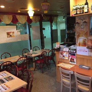 店頭の大きな看板が目印◎心も弾むエキゾチックなインド料理店